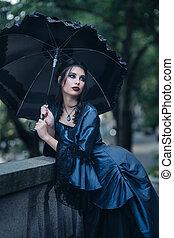 kobieta, w, błękitny, blisko, stara budowa