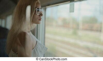 kobieta, w, sunglasses, podziwiając prospekt, z, przedimek określony przed rzeczownikami, okno