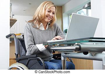 kobieta, wheelchair, niepełnosprawny, używając, dom, laptop