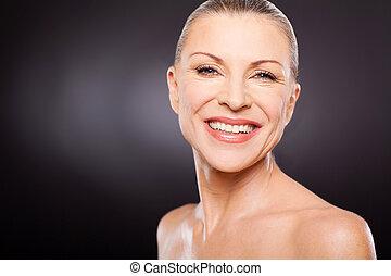 kobieta, wiek, średni, przeciw, czarne tło, uśmiechanie się