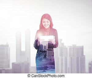 kobieta, wieloraki, tabliczka, handlowy komputer, dzierżawa, ekspozycja