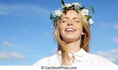 kobieta, wieniec, młody, śmiech, uśmiechanie się, kwiaty