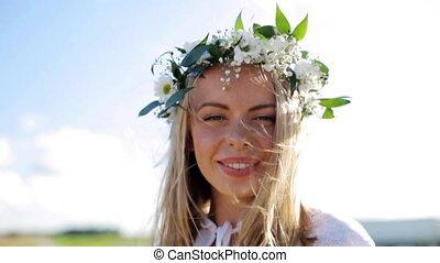 kobieta, wieniec, młody, outdoors, uśmiechanie się, kwiaty