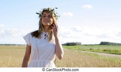 kobieta, wieniec, młody, pole, kwiat, zboże, szczęśliwy