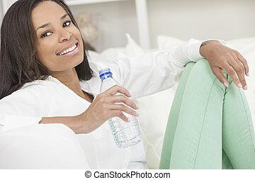 kobieta, woda, amerykanka, butelka, afrykanin, picie