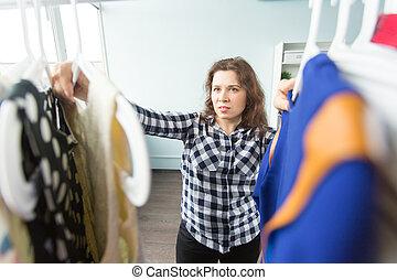 kobieta, wybierając, odzież, przed, pełny, szafa
