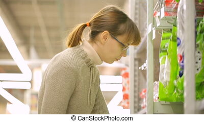 kobieta, wybierając, supermarket, towary