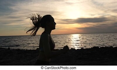 kobieta, wybrzeże, młody, jogging, zachód słońca, stosowność