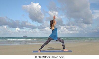 kobieta, yoga, młody, staże, plaża, wschód słońca