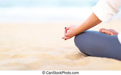 kobieta, yoga, rozmyśla, ręka, staże, plaża