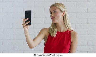 kobieta, z, blond włos, wpływy, selfie