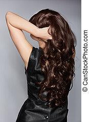 kobieta, z, długi, brązowy, kędzierzawy włos