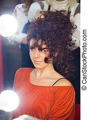 kobieta, z, długi, kędzierzawy włos, na, fryzjer