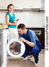 kobieta, z, kot, oglądając, jak, pracownik, naprawiając, pralka