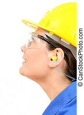 kobieta, z, ochronne zaopatrzenie, i, ucho czopuje