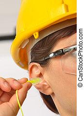 kobieta, z, ochronny, ucho czopuje