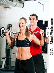 kobieta, z, osobisty trener, w, sala gimnastyczna