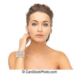 kobieta, z, perła, earrings, i, bransoletka