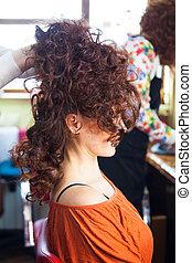 kobieta, z, podniesiony, długi, kędzierzawy włos, na, fryzjer