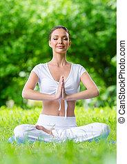 kobieta, z, przypatruje się zamknięty, w, asana, położenie, modlitwa, gesturing