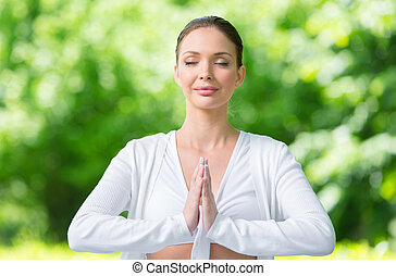 kobieta, z, zamknięte wejrzenie, modlitwa, gesturing