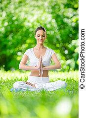 kobieta, z, zamknięte wejrzenie, w, asana, położenie, modlitwa, gesturing