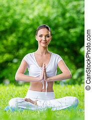 kobieta, z, zamknięte wejrzenie, w, lotosowe położenie, modlitwa, gesturing