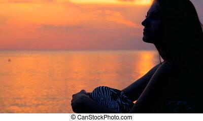 kobieta, zachód słońca, oglądając