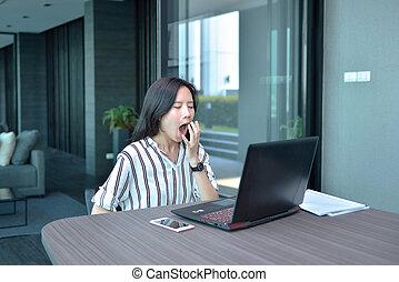 kobieta, ziewanie, pracujący, handlowy, laptop, asian, przód, mieszkanie, przypadkowy