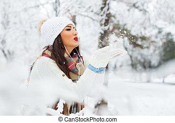 kobieta, zima, młody, śnieg, jego, podmuchowy, outdoors, siła robocza, szczęśliwy