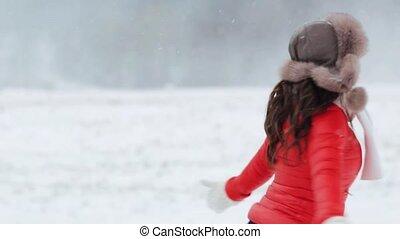 kobieta, zima, outdoors, zabawa, posiadanie, szczęśliwy