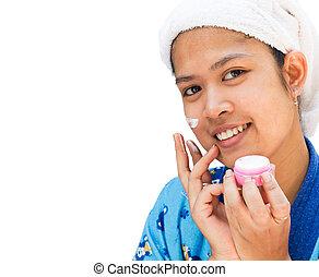 kobieta, zwracający się, jej, twarz, ładny, moisturizer, śmietanka