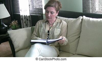 kobiety czytanie, na leżance
