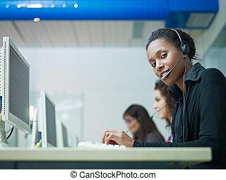 kobiety, pracujący, w, nazywać środek