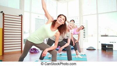 kobiety, rozciąganie, na, niejaki, yoga klasa
