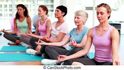 kobiety, w, stosowność, studio, czyn, yoga