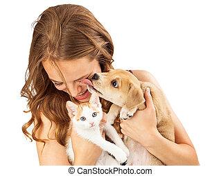 kochający, dziewczyna, szczeniak, szczęśliwy, kociątko