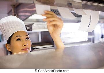 kock, matlagning, genom, kvinnlig, kök, gå, checklista