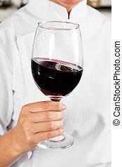 kock, räcka glas, av, röd vin