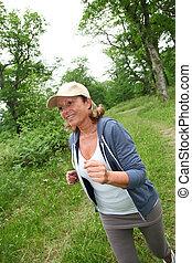 kocogás, senior woman, erdő