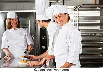 koechin, mit, kollegen, in, kommerzielle küche