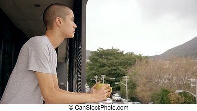 koffie, staand, terwijl, balkon, kop, vasthouden, man, 4k