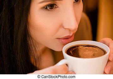 koffie, vrouw, jonge, het genieten van, het charmeren