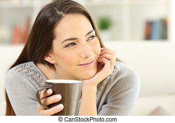 koffie, vrouw, peinzend, kop, het kijken, vasthouden, bovenkant