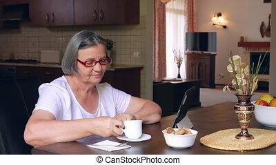 koffie, vrouw, tablet, gebruik, pc, digitale , thuis, senior