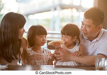 koffiehuis, aziatische familie