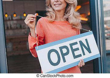 koffiehuis, eigenaar, met, meldingsbord, open
