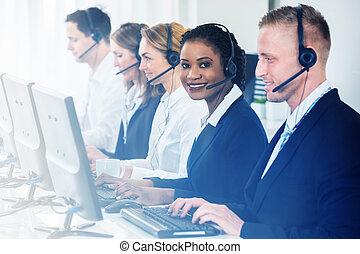 koledzy, środek, pracujący, kobieta interesu, inny, rozmowa telefoniczna