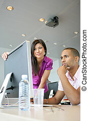 koledzy, biuro, ekran, dwa, patrząc, komputer