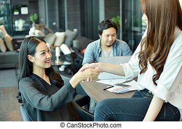 koledzy, biuro, handlowy, asian, ręki potrząsające